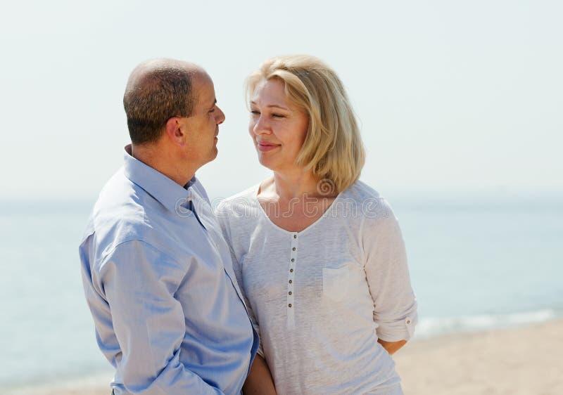 Couples mûrs aux vacances de mer photo stock