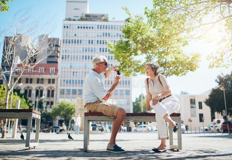Couples mûrs ayant l'amusement leurs vacances photographie stock libre de droits