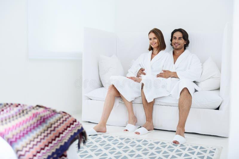 Couples mûrs détendant ensemble à la station thermale de jour photographie stock