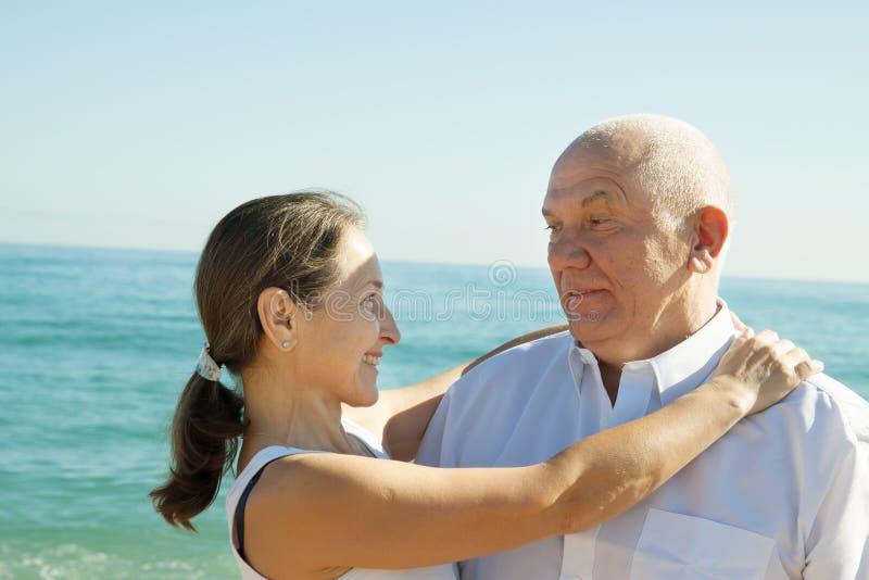 Couples mûrs en mer image stock