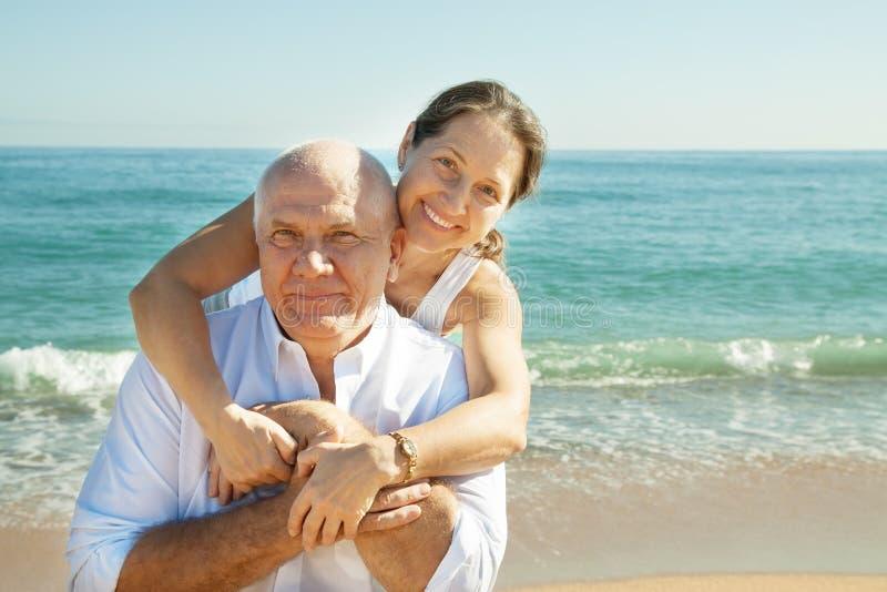 Couples mûrs ensemble à la plage de mer photographie stock