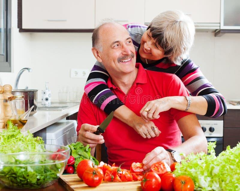 Couples mûrs faisant cuire ensemble image libre de droits