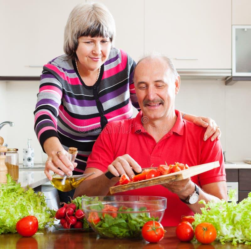 Couples mûrs faisant cuire ensemble photographie stock libre de droits