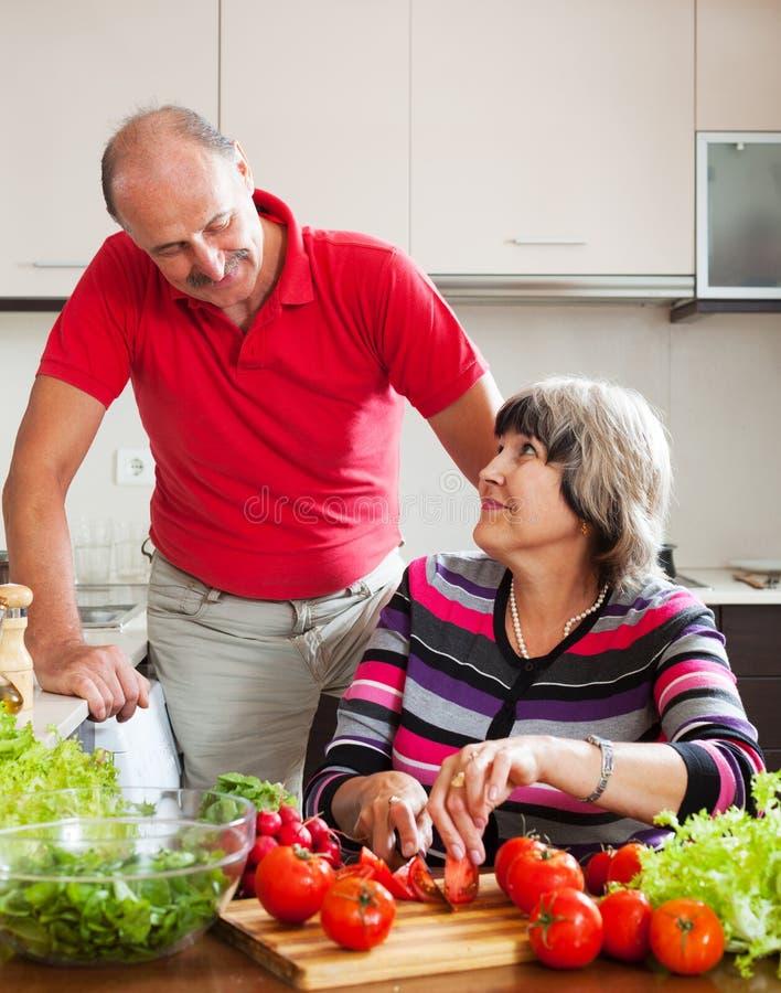 Couples mûrs faisant cuire le déjeuner ensemble image stock