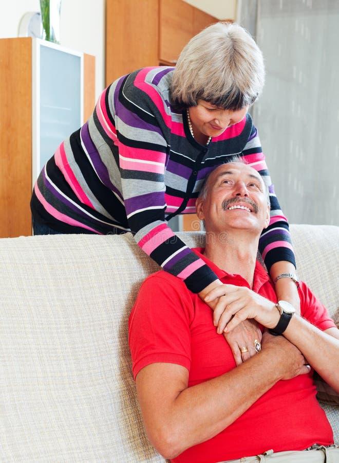 Couples mûrs heureux affectueux ensemble photographie stock