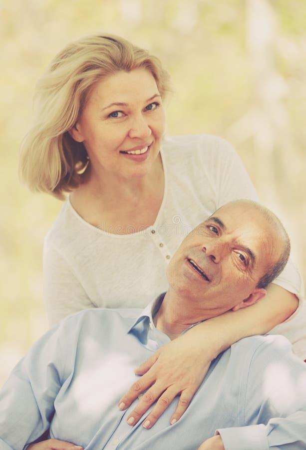 Couples mûrs heureux au parc d'été images libres de droits