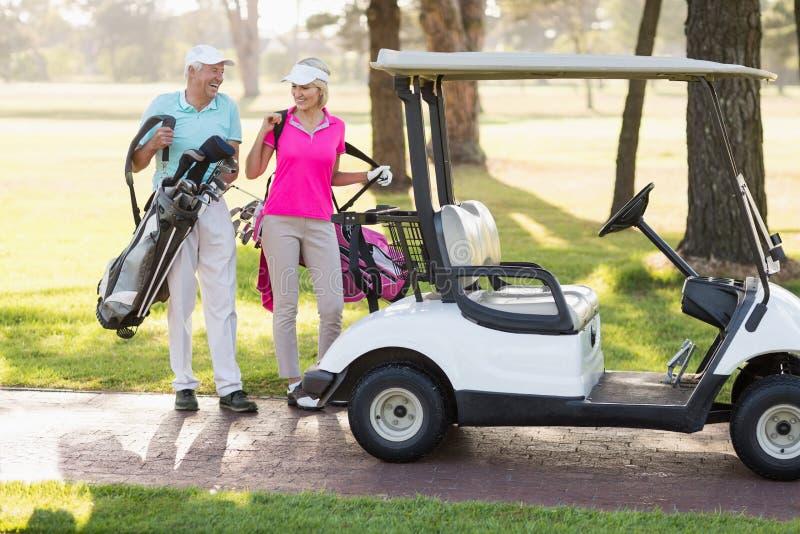 Couples mûrs heureux de golfeur en le boguet de golf photos libres de droits
