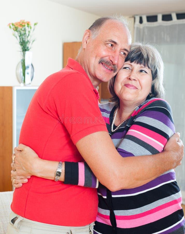 Couples mûrs heureux ensemble photos stock