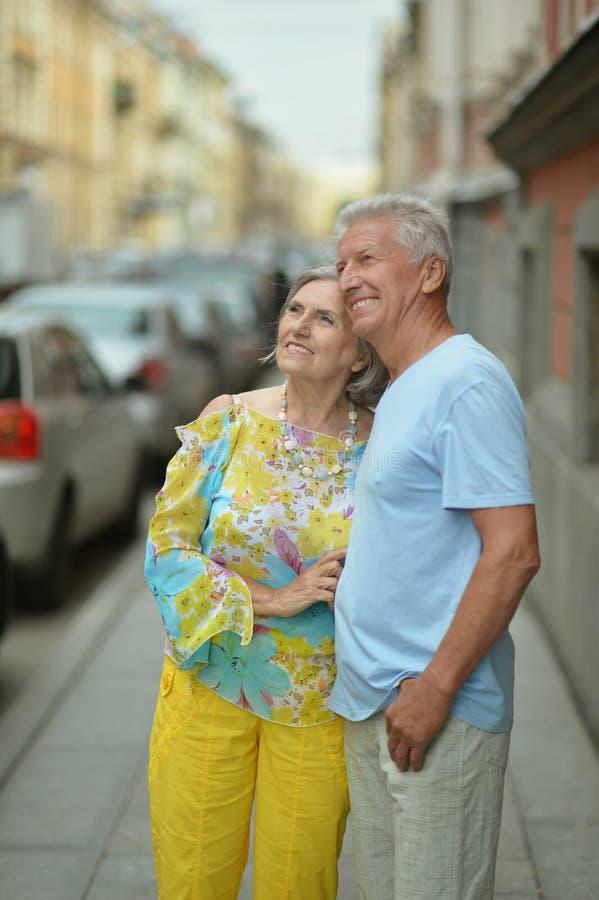 Couples mûrs marchant en ville image libre de droits