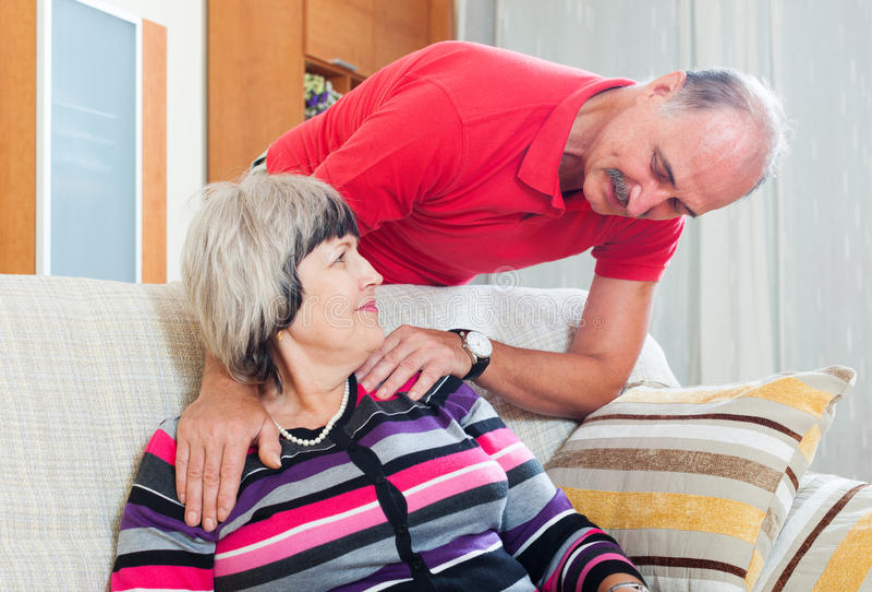 Couples mûrs ordinaires dans la maison photographie stock libre de droits