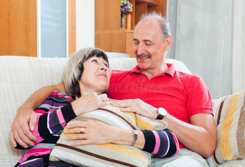 Couples mûrs ordinaires heureux ensemble image libre de droits