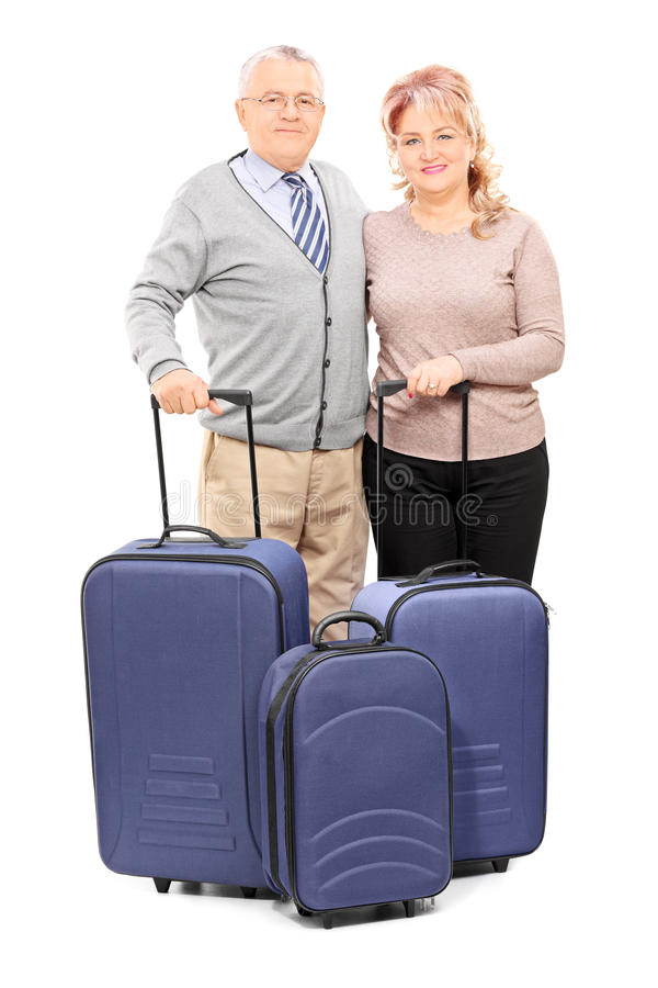 Couples mûrs posant avec leurs bagages images stock