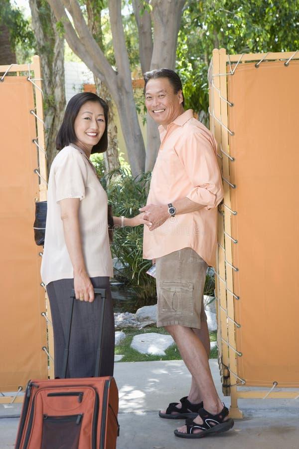 Couples mûrs prêts pendant des vacances photo stock