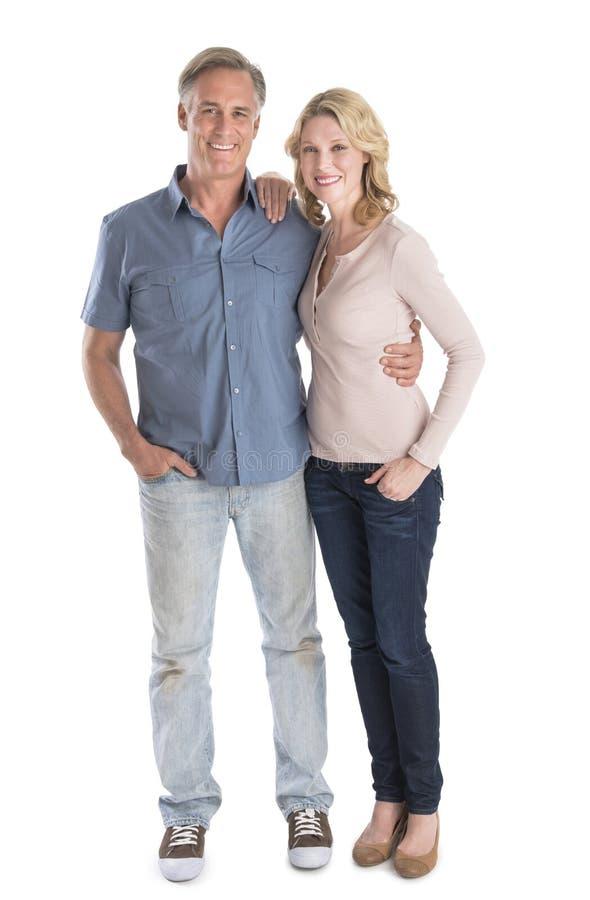 Couples mûrs se tenant avec des mains dans des poches photographie stock libre de droits