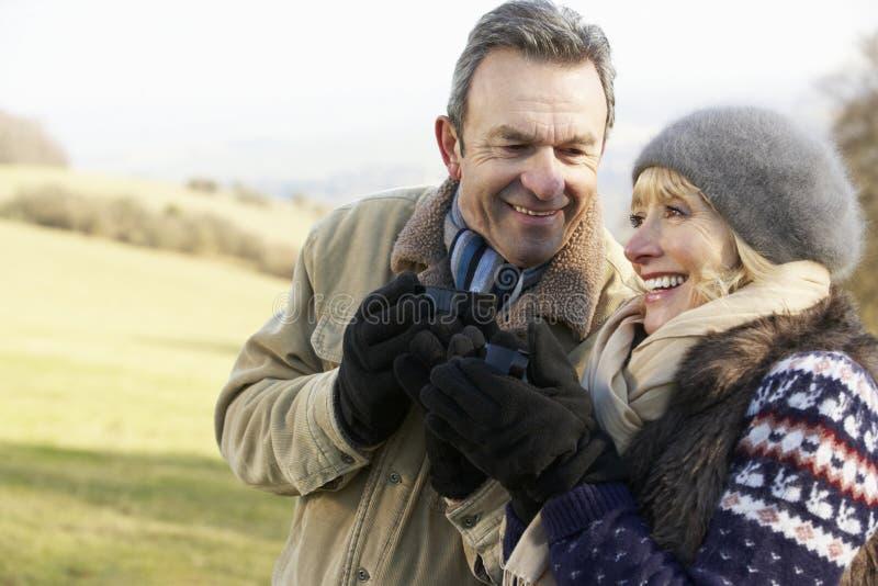 Couples mûrs sur le pique-nique de pays en hiver image stock