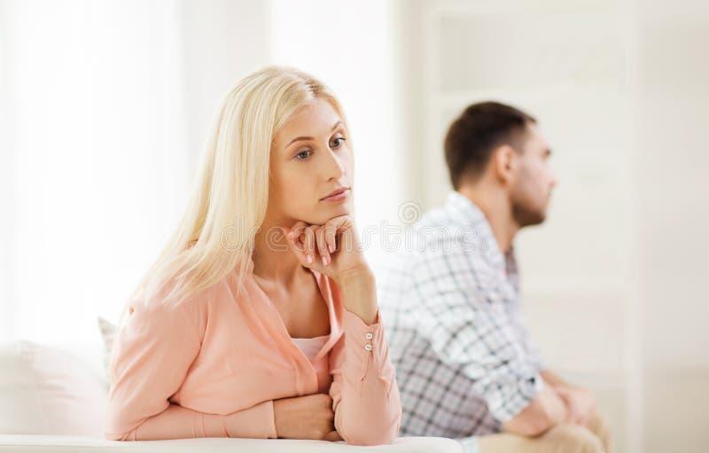 Couples malheureux ayant l'argument à la maison image libre de droits