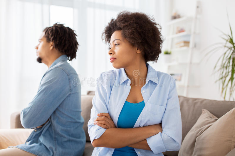 Couples malheureux ayant l'argument à la maison photographie stock