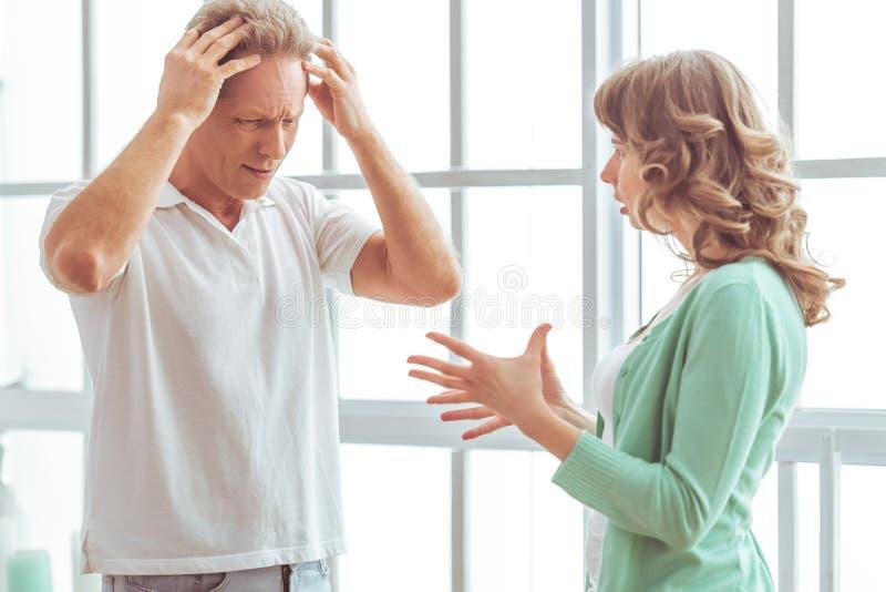 Couples malheureux se disputant image stock