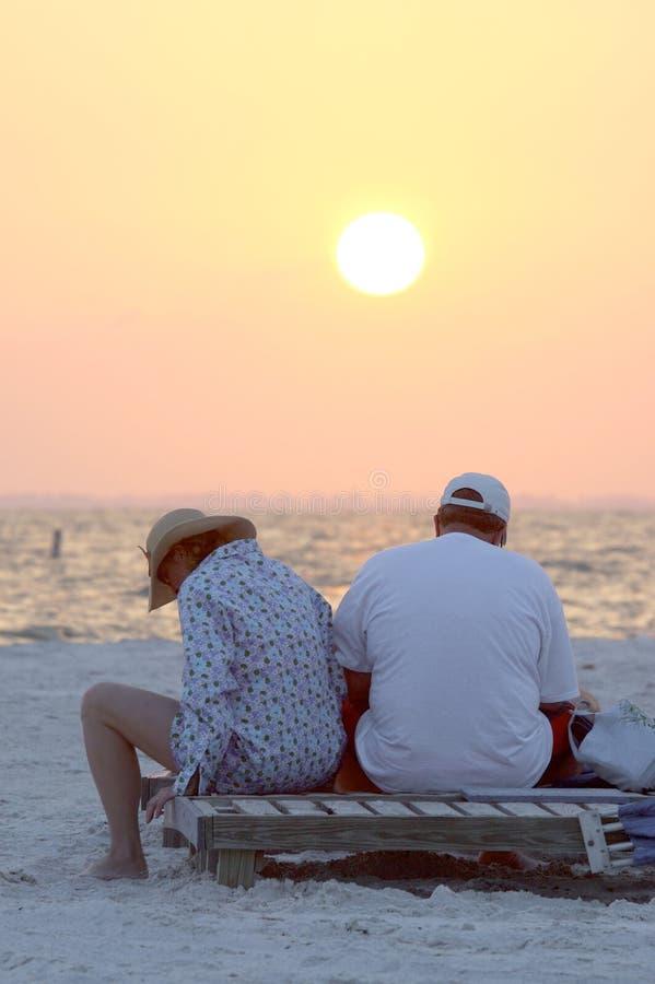 Couples malheureux sur la plage images stock