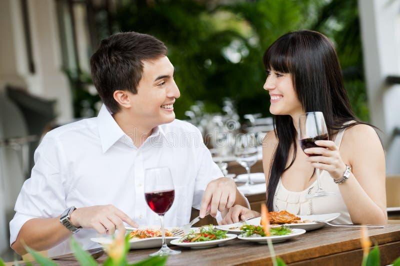 Couples mangeant à l'extérieur image libre de droits