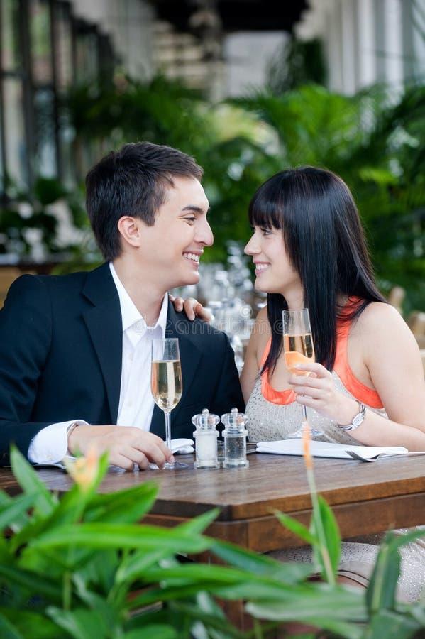 Couples mangeant à l'extérieur images stock