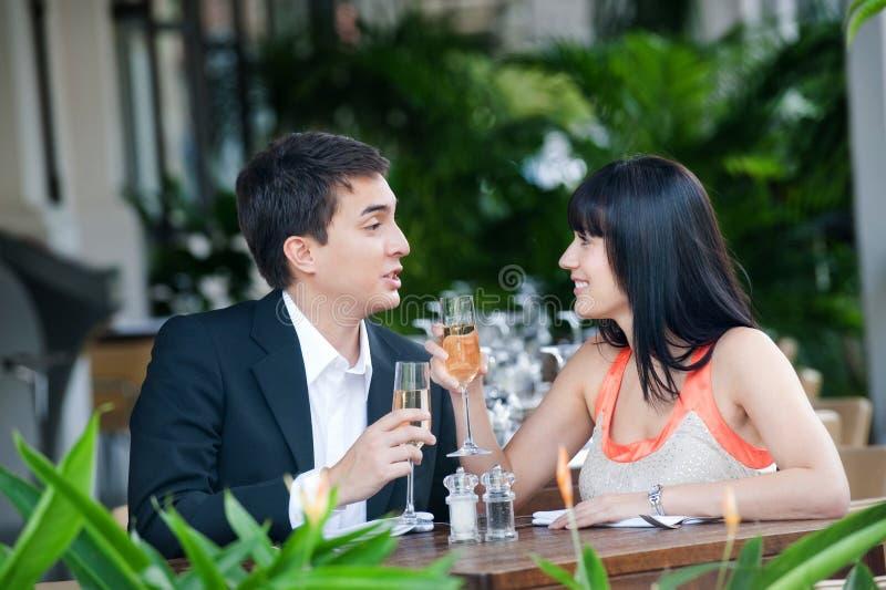 Couples mangeant à l'extérieur photo stock