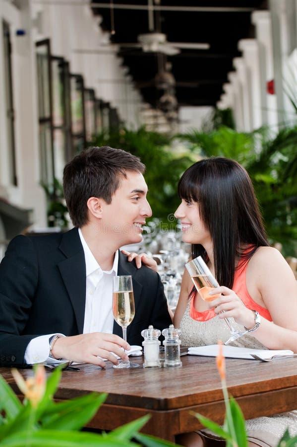 Couples mangeant à l'extérieur photos libres de droits