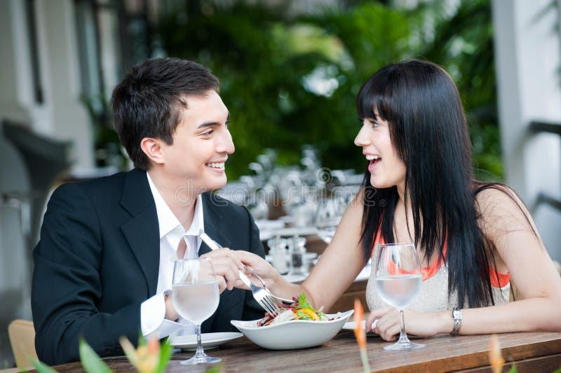 Couples mangeant à l'extérieur image stock