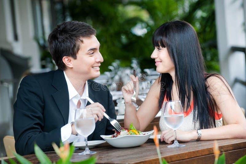 Couples mangeant à l'extérieur photo libre de droits