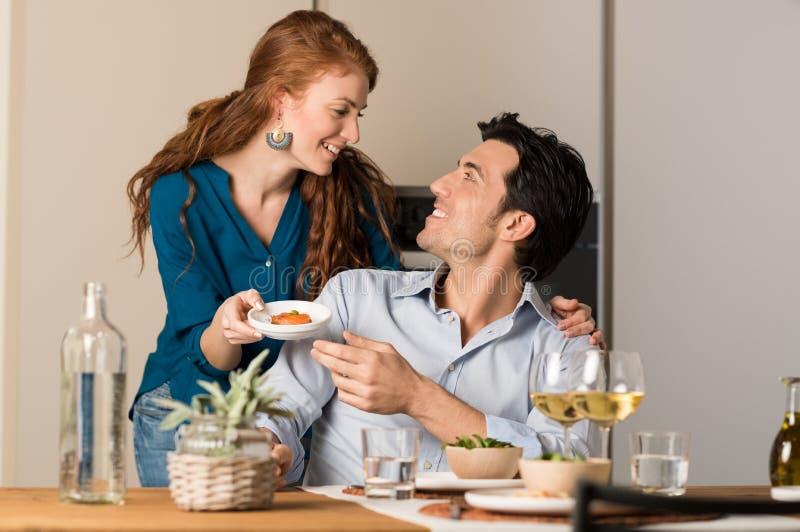 Couples mangeant à la maison photos stock