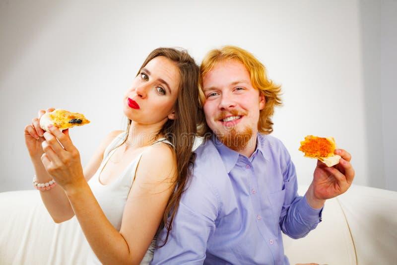 couples mangeant de la pizza photographie stock libre de droits