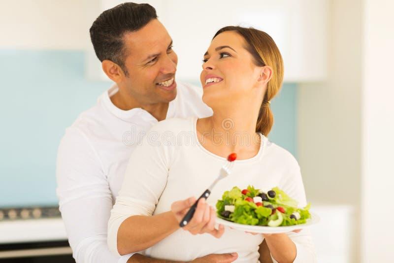 Couples mangeant de la salade photographie stock libre de droits