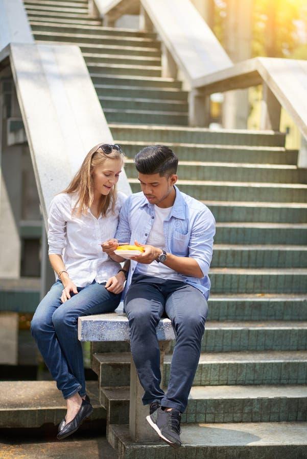 Couples mangeant la papaye dehors images stock