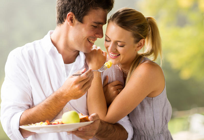 Couples mangeant le déjeuner image libre de droits
