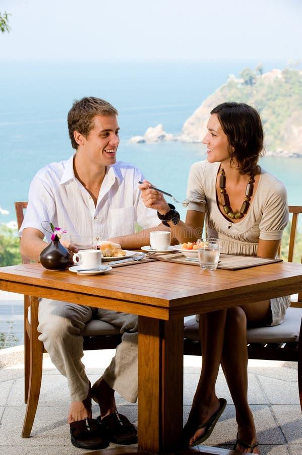 Couples mangeant le déjeuner photos stock
