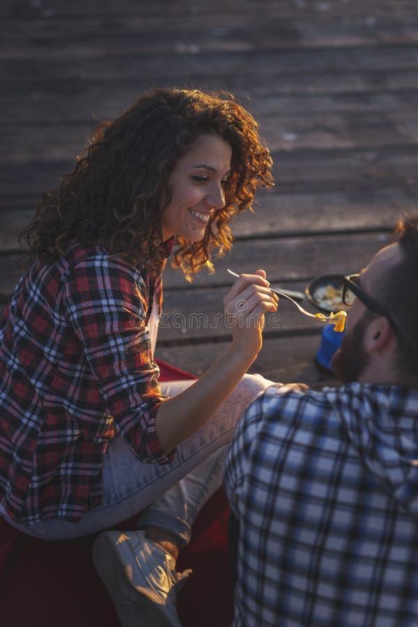 Couples mangeant le dîner aux docks images stock