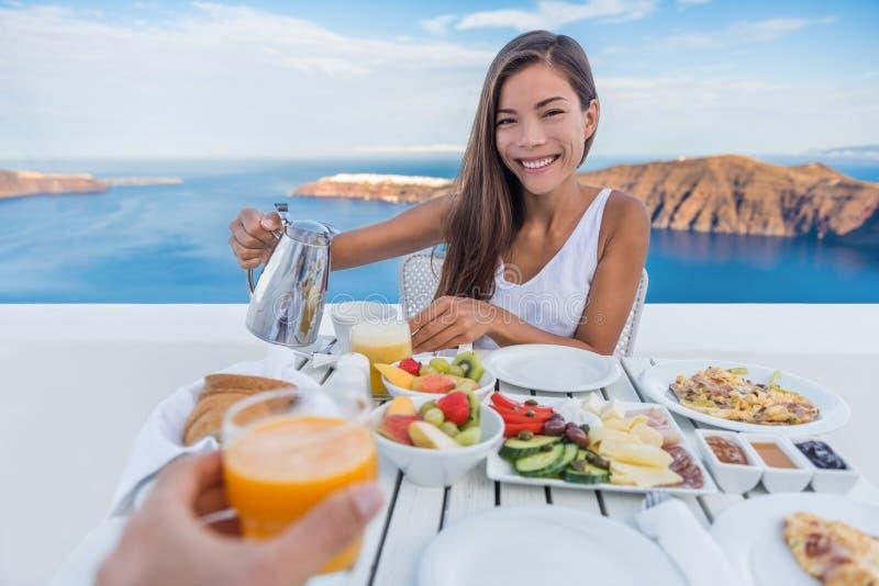 Couples mangeant le petit déjeuner sur le voyage de station de vacances de terrasse images stock