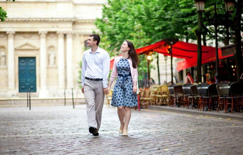 Couples marchant à Paris photos libres de droits