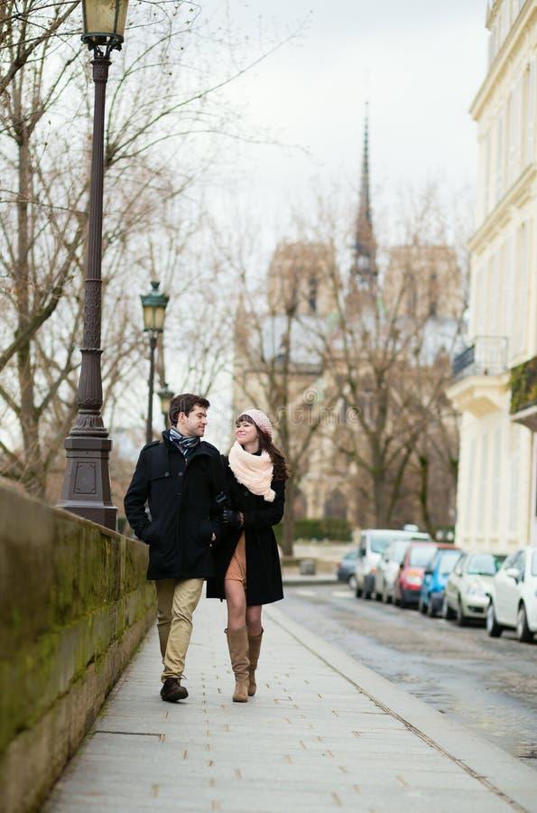 Couples marchant à Paris images libres de droits