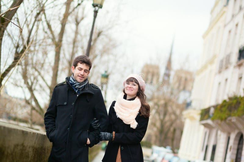 Couples marchant à Paris photographie stock libre de droits