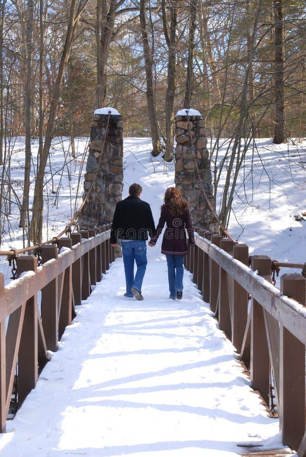 Couples marchant à travers des mains d'une exploitation de passerelle images stock