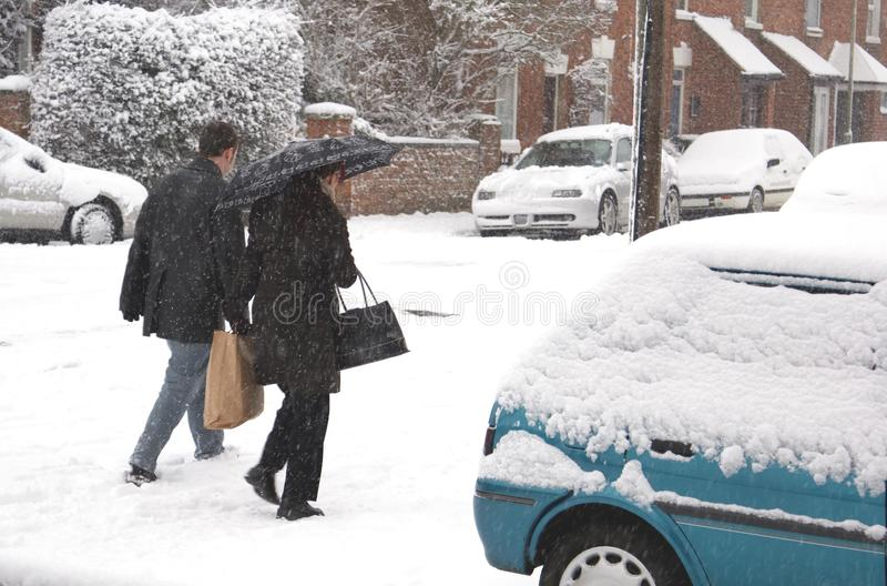 Couples marchant dans la neige scène extérieure de neige image libre de droits