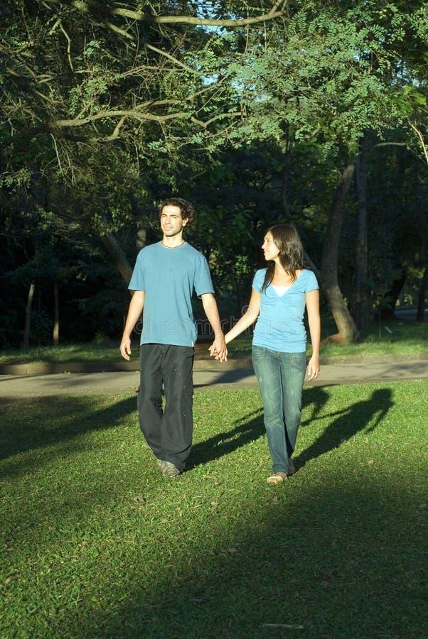 Couples marchant dans le Stationnement-Vertical images stock