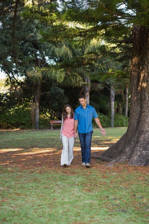 Couples marchant de pair