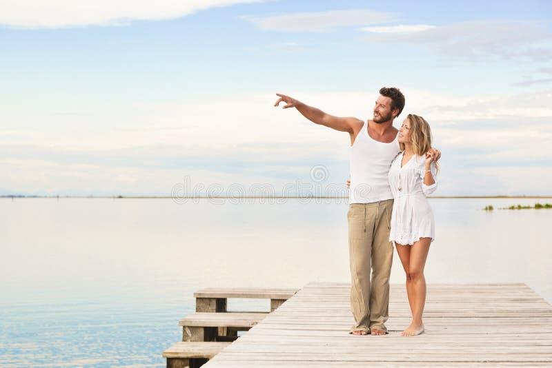Couples marchant et indiquant l'horizon image stock