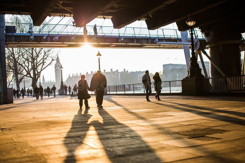 Couples marchant le long de la banque du sud, Londres photographie stock
