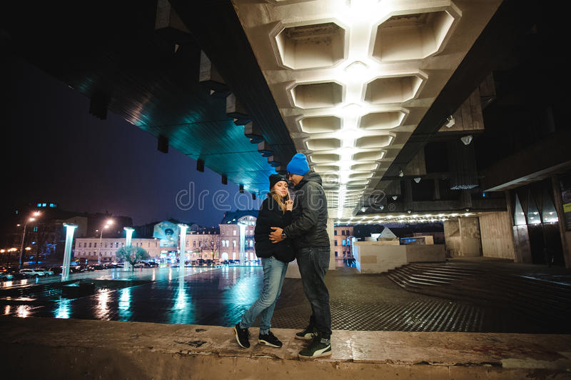Couples marchant par la ville ensemble la nuit photo libre de droits