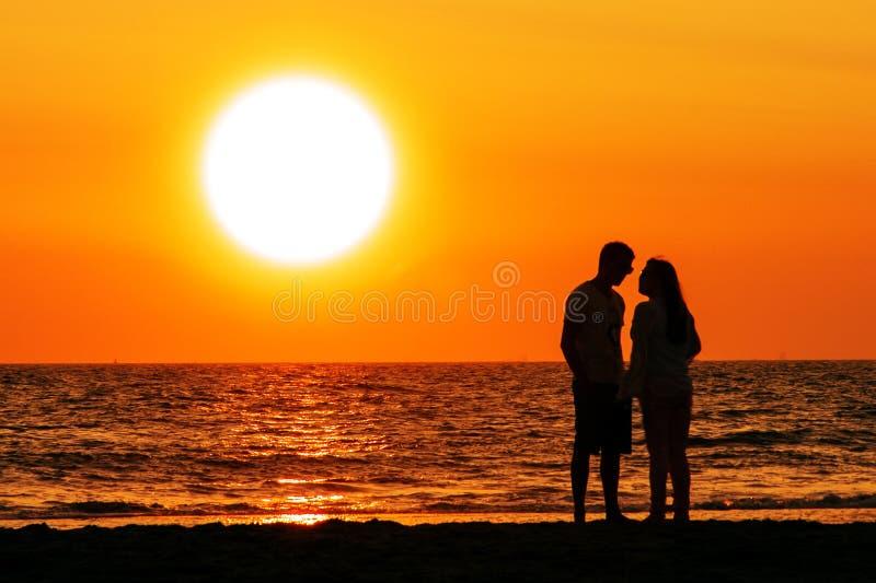 Couples marchant sous le coucher du soleil photographie stock