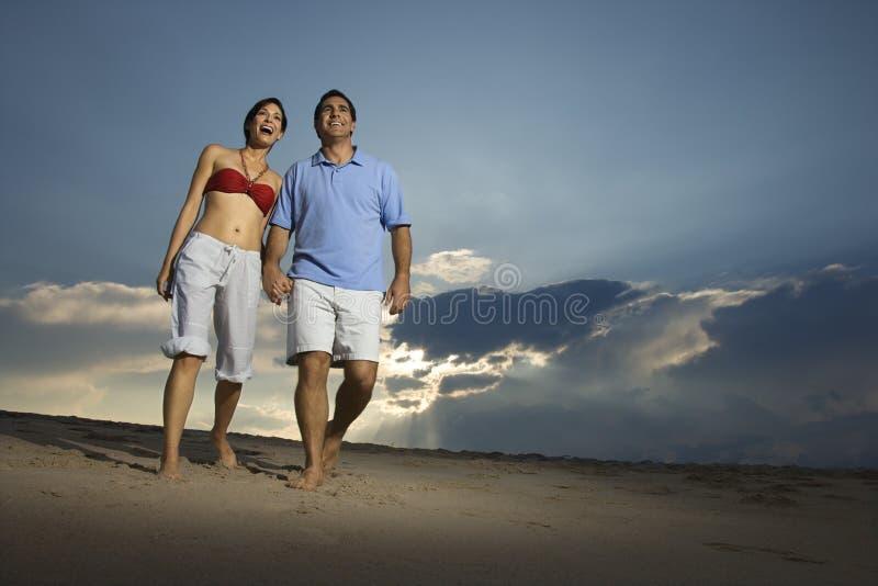 Couples marchant sur la plage. image stock
