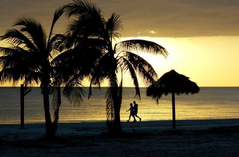 Couples marchant sur la plage de Fort Myers photographie stock